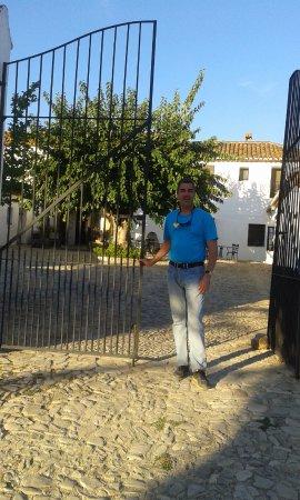 Hotel El Horcajo: La entrada al edificio del hotel