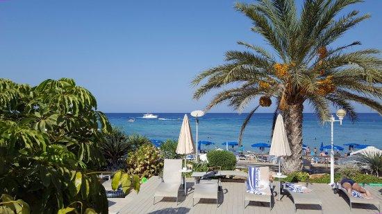 Sunrise Beach Hotel: solstolar vid poolen