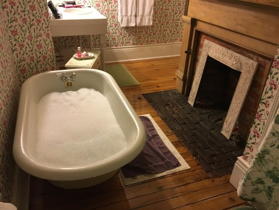 Mountain City, TN: Take a nice relaxing bubble bath while you are there!...or you can use the shower.