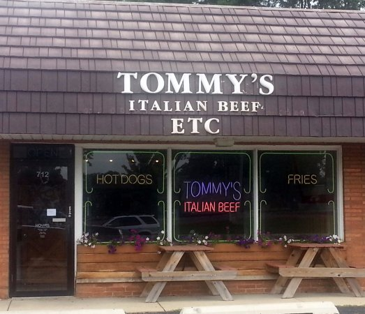 Mount Prospect, IL: Front, entrance & outdoor seating for Tommy's