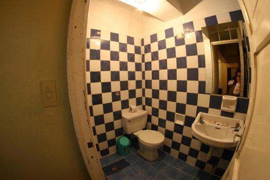 Hotel Calicanto Inn's: baño´+ ducha privado de habitación familiar