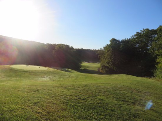 Pittsfield, MA: As you can see , this takes a nice drive through the trees to the fairway. One of my favorite ho