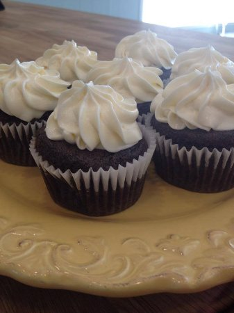 Clinton, แมสซาชูเซตส์: BellaCakes Chocolate Guiness Cupcakes with Cream Cheese Buttercream Frosting
