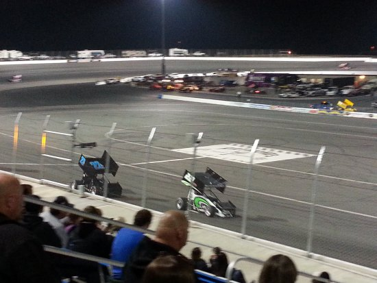 Bakersfield, Californien: stadium style seating so you can see from everywhere. banked oval. exciting, close racing !