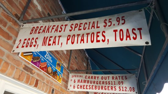 Lexington, มิชิแกน: Signs out Front Advertising Breakfast and Carry Out Rates