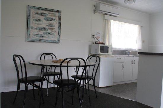 Raglan, نيوزيلندا: dinning area with kitchenette, hobs, microwave