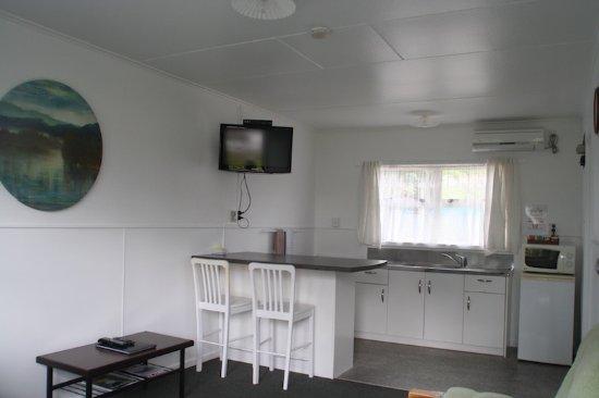 Raglan, نيوزيلندا: showing layout of 1 bedroom units bedroom on the left