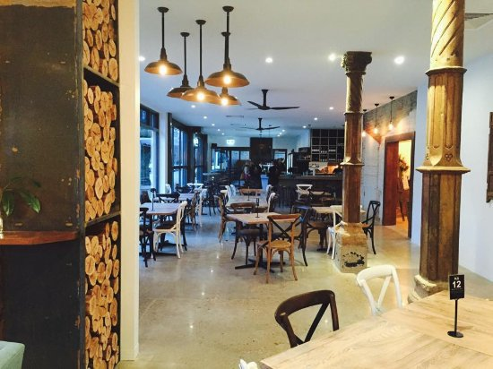 Porepunkah, ออสเตรเลีย: The new refurbished bistro area at dusk