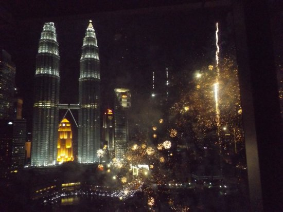 Traders Hotel, Kuala Lumpur: Independence Day Fireworks 31 Aug - view from our room Lvl 29