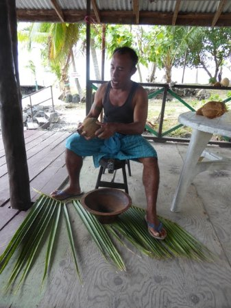 Asau, Samoa: A demonstration of how the locals use cocunuts