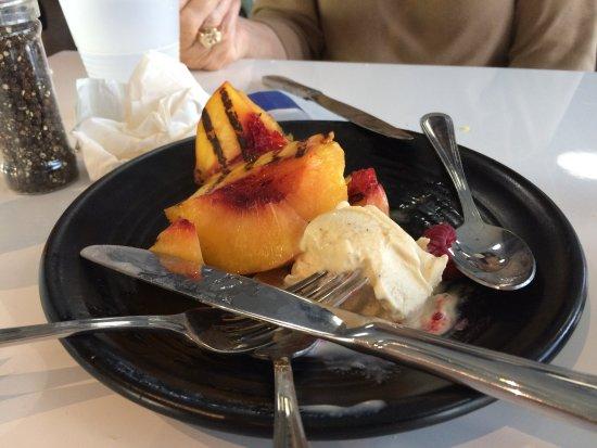 Torrance, Kalifornien: grilled peaches with vanilla bean ice cream for dessert