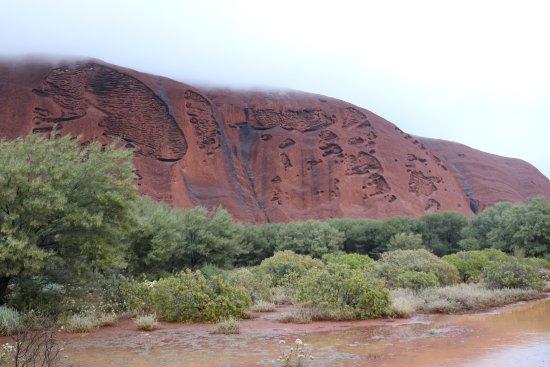 ยูลารา, ออสเตรเลีย: Clouds drifting over Uluru