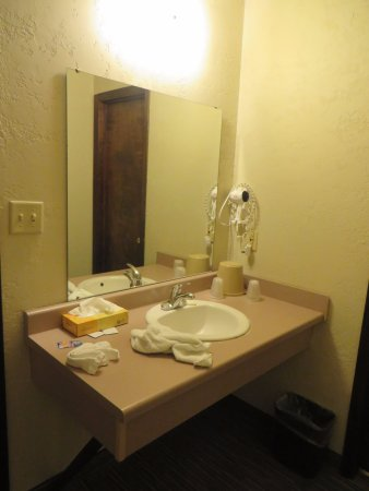 Campus Inn Missoula : Sink area was outside of the bathroom but not visible from the beds