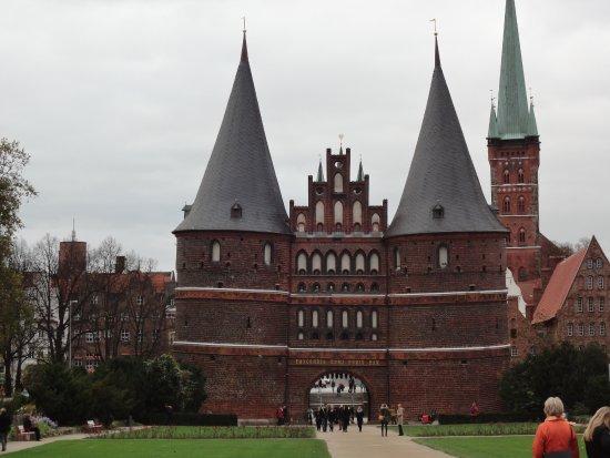 St. Petri zu Lubeck: ホルステン門の後ろの尖塔が、聖ペトリ教会です