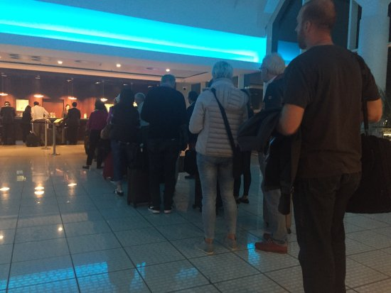 Sheraton Frankfurt Airport Hotel & Conference Center: Queue to check in last night at 22.00