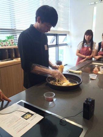 Museum Kimchikan: The chef demonstrating how to make kimchi