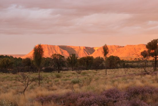 Yulara, Australien: Sunset over Kings Canyon