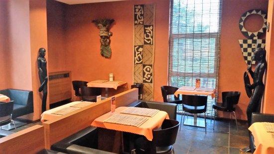 Frydek-Mistek, République tchèque : חדר אוכל מקושט באלמנטים אפריקאים.