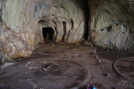 Lovech, Bulgaristan: Круги остались с тех времен, когда пещера использовалась в качестве военного склада