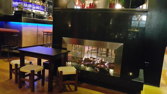 Epsom, New Zealand: Romantic Fire and bar area