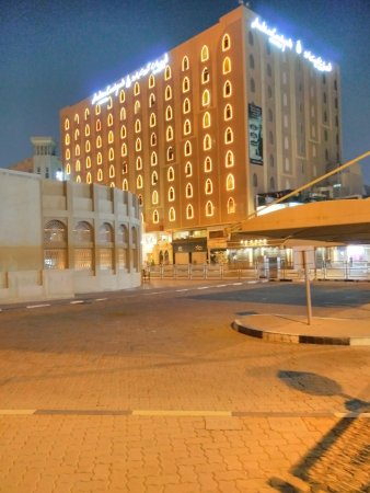 Arabian Courtyard Hotel & Spa: Night View of the Hotel from Street.