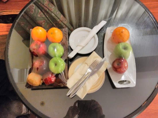 Arabian Courtyard Hotel & Spa: Fresh complimentory Fruits in Room every day.