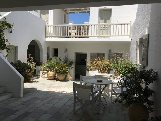 Despina's Rooms & Apartments : patio