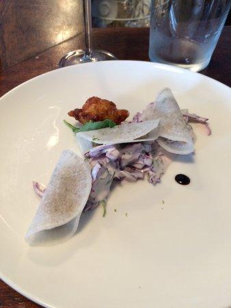 Pessac, فرنسا: Entrée (menu 18€) : fausses ravioles de sardine,coleslaw de chou rouge et accras croustillant