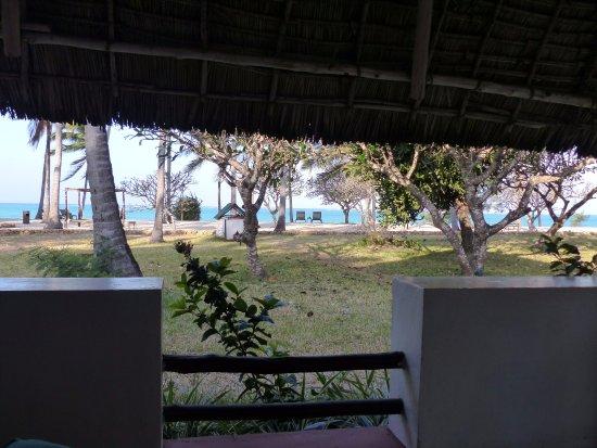 Karafuu Beach Resort and Spa: Vue depuis la terrasse.