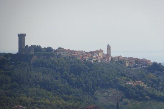Castelnuovo Magra, Italia: vanaf 10 km afstand goed te zien (ook 's avonds)
