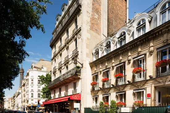Hotel de Latour Maubourg: Hotel Street View with the Eiffel Tower