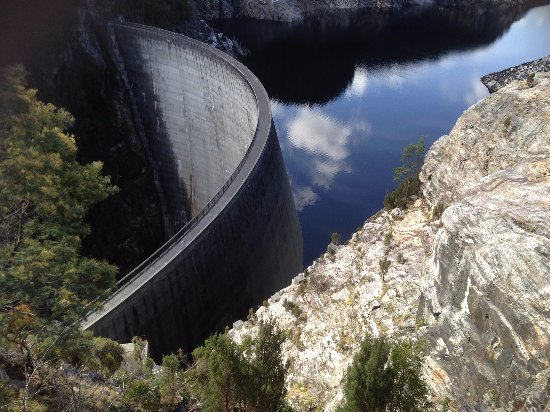 Strathgordon, Australia: The dam wall showong how water level has dropped in last 12 months