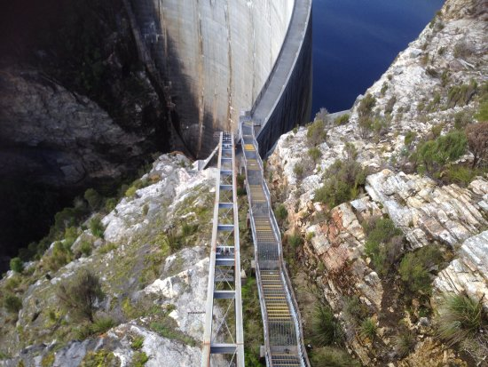 Strathgordon, Australia: Looking down the 185 steps from road level to dam wall