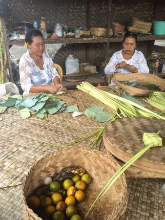 Agus Bali Private Tours: Learning how to make bamboo rice box steamers