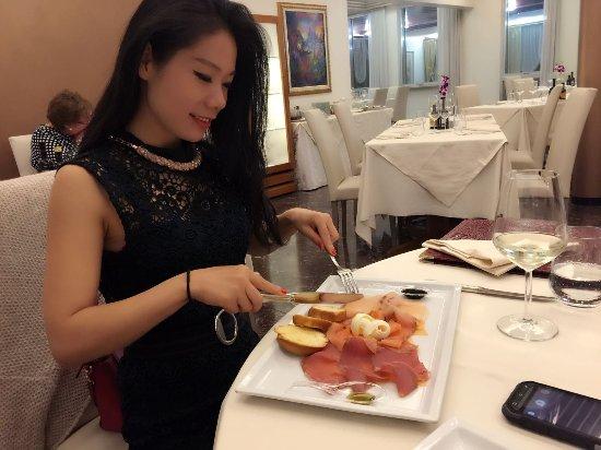 Oriago di Mira, Italia: Carpaccio di branzino, salmone e tonno serviti con riduzione di lime e balsamico