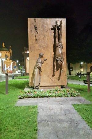 Monumento al Partigiano : Партизанам