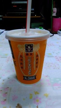 Amagasaki, Japón: 森永ミルクキャラメルシェイクです。こちらはお持ち帰り。