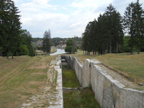 Rogny-les-Sept-Ecluses, ฝรั่งเศส: L'échelle d'eau vue du haut. 24m de dénivelé, un impressionnant monument de sept écluses d'affil