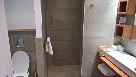 salle d 39 eau avec la douche l 39 italienne au fond photo de hotel le saint pierre saint. Black Bedroom Furniture Sets. Home Design Ideas