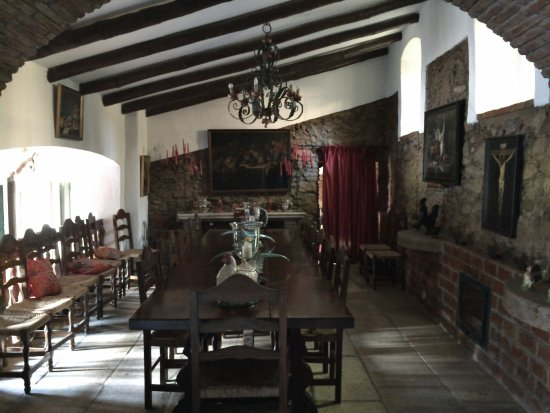 Montemor-o-Novo, Portugal: Indoor breakfast/dining area with massive long table to gather round and enjoy food together