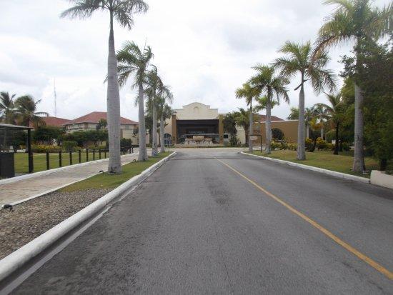 """Now Larimar Punta Cana: Avenida da entrada para o hotel que é feita num pequeno """"comboio"""""""
