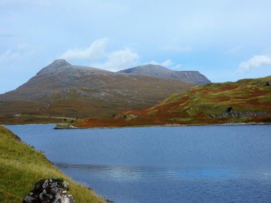 Assynt, UK: Lochside at the castle