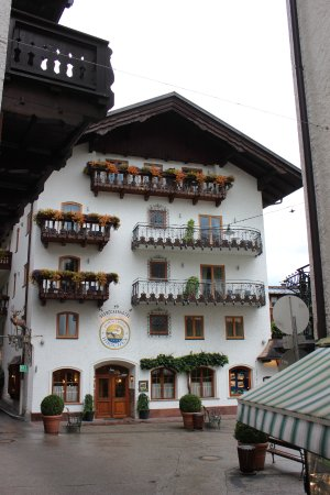 Seebockenhotel Zum Weissen Hirschen: Front of main hotel building.
