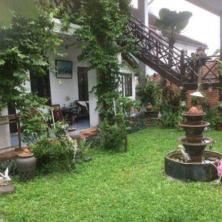 Xieng Mouane Guest House : El precioso y cuidado jardín que rodea las habitaciones.
