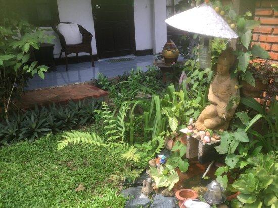 Xieng Mouane Guest House : Un detalle del jardín, una de la fuentes.