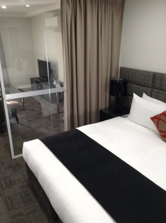 Liverpool, Austrália: bedroom with curtain/glass wall thru to lounge