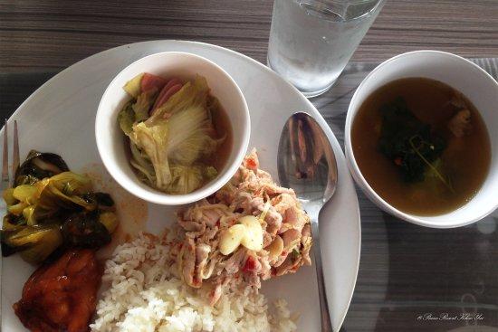 The Piano Resort: อาหารกลางวันคะ อันนี้เอามาจัดถ่ายเองนะคะอร่อยสุดคือหมูมะนาวซึ่งไม่ค่อยจัดจ้านเท่าไร