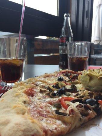 Isola, France : La pizza 4 saisons une merveille à partager e entrée , délicieuse