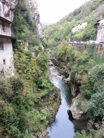 Pont en Royans, Fransa: en bas un petit ruisseau