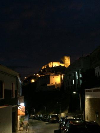 Vista desde la puerta del Hotel de noche: El castillo de Mértola.